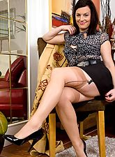 Naughty housewife Sofia in nude ff nylons